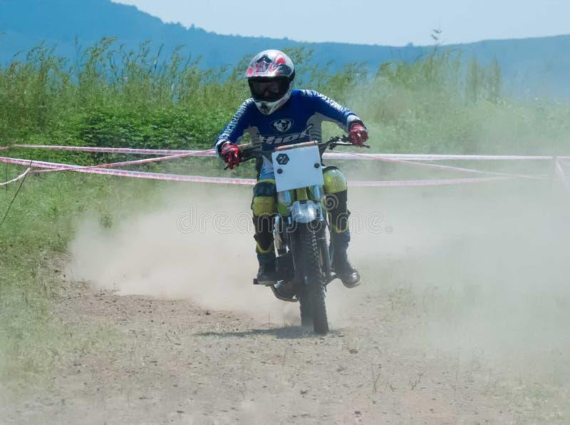 Motocrosscykelracerbil i hög hastighet som bakom lämnar allt arkivbild
