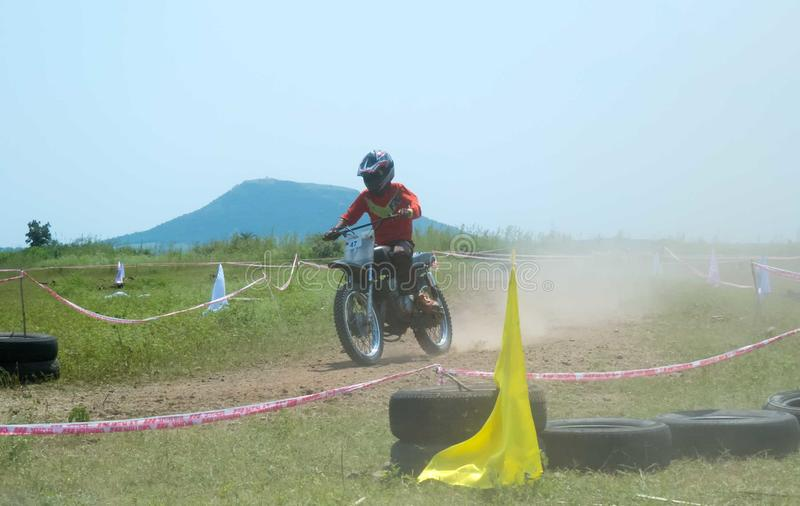 Motocrosscykelracerbil/ryttare på spår i Indien arkivbilder
