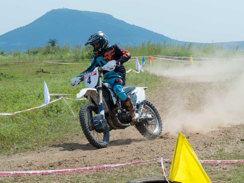Motocrosscykelryttare som tränga någon i hög hastighet royaltyfri bild