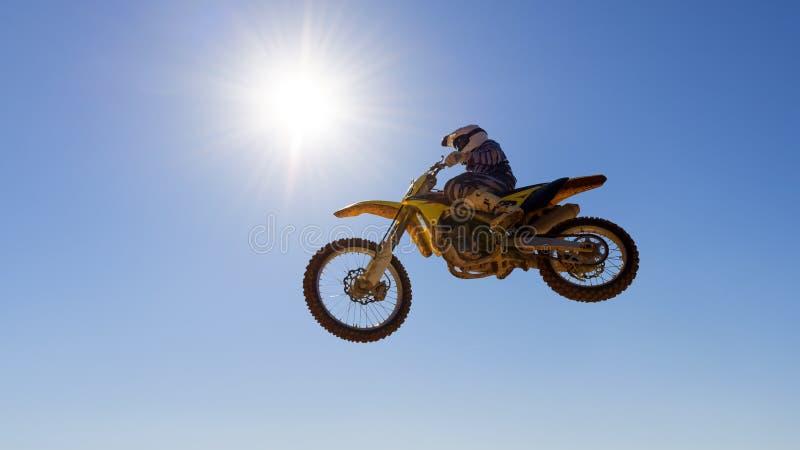 Motocrossraceauto het springen stock afbeelding