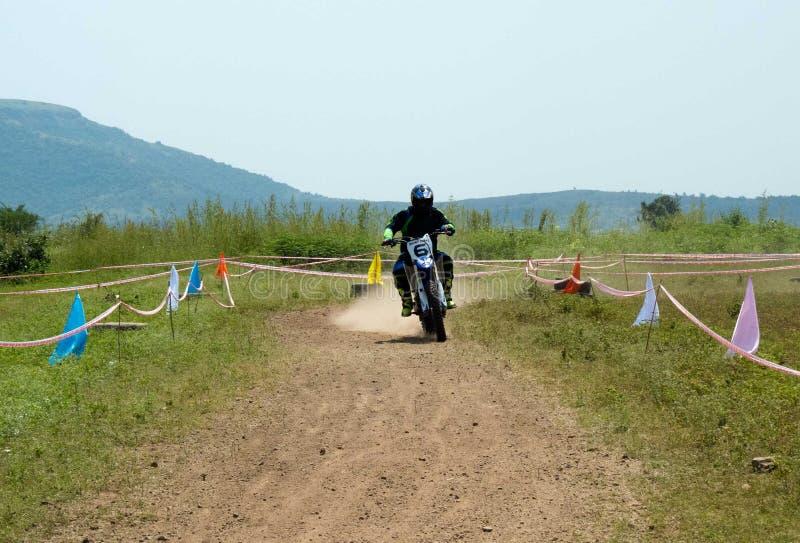 Motocrossraceauto na het nemen van draai royalty-vrije stock fotografie