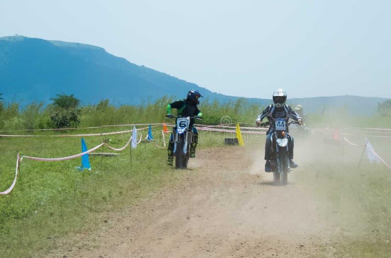Motocrossradfahrerrennläufer, der seinen Mannschaftskameraden sucht lizenzfreie stockfotografie