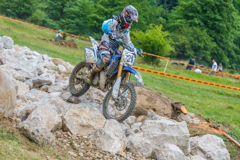 Motocrossrennläufer auf Felsen stockfoto