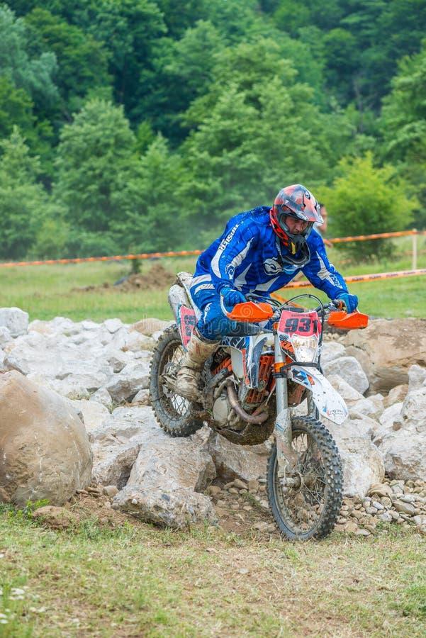 Motocrossrennläufer auf Felsen lizenzfreies stockbild