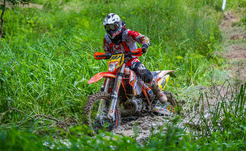 Motocrossrennläufer auf Schlamm stockbilder