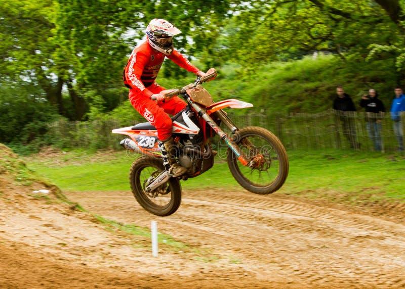 Motocrossruiter in de lucht na het nemen van een grote sprong royalty-vrije stock foto