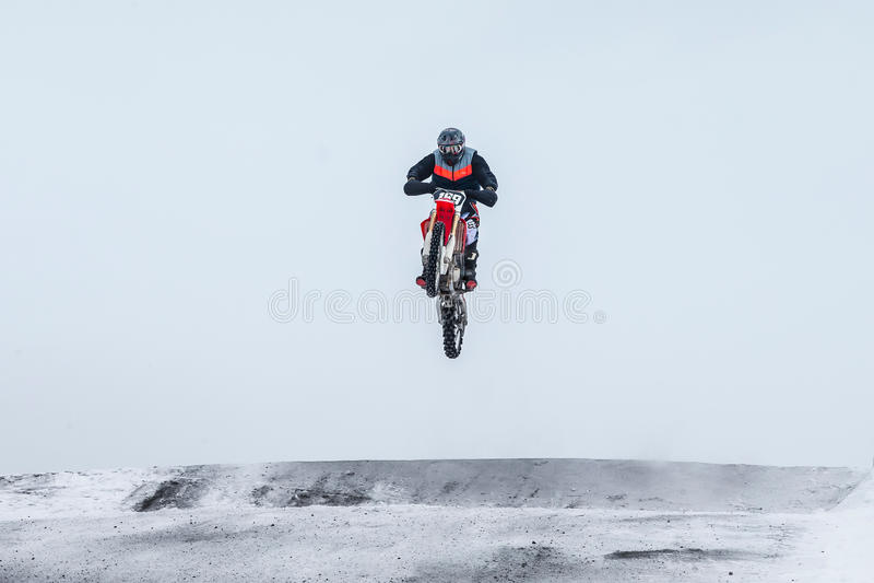 Motocrossruiter die over berg springen royalty-vrije stock foto's