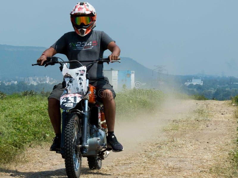 Motocrossruiter het praktizeren vóór hoofdgebeurtenis stock foto