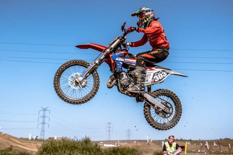 Motocrossryttare i loppet fotografering för bildbyråer