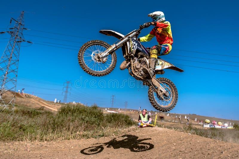 Motocrossryttare i loppet arkivfoto