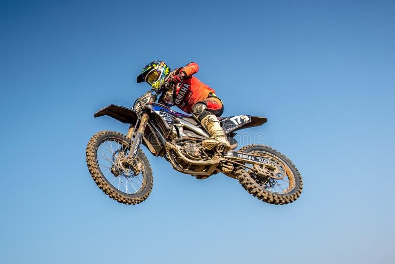 Motocrossryttare i loppet arkivfoton