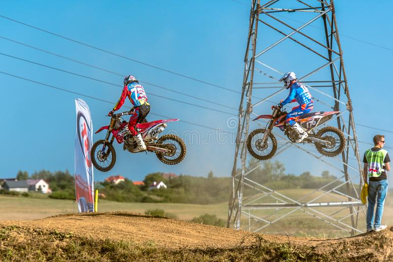 Motocrossryttare i loppet royaltyfri fotografi