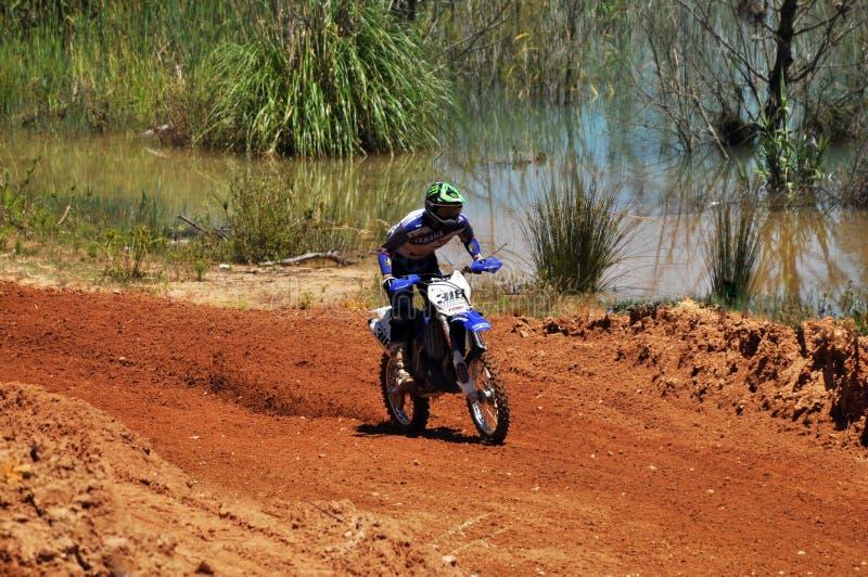 Motocrossryttare i nationellt lopp royaltyfria bilder