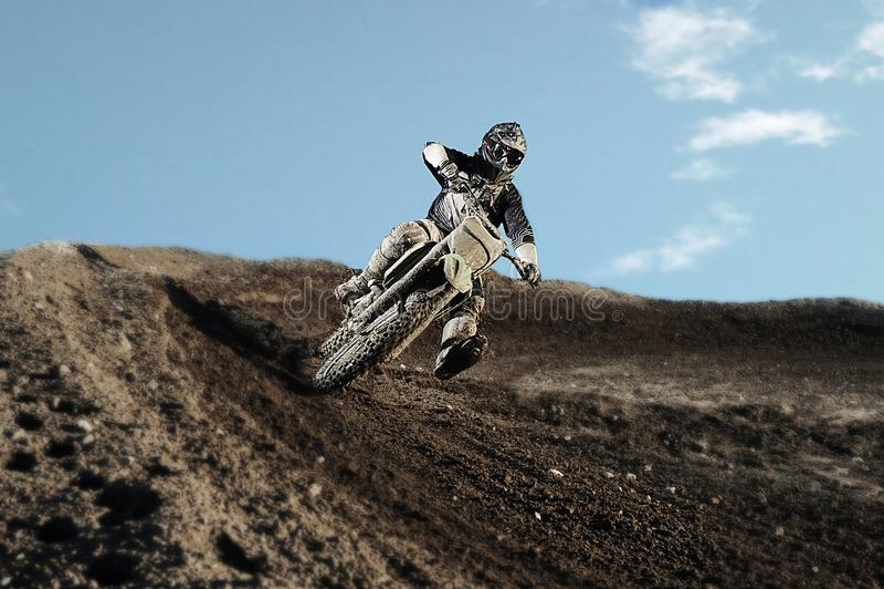 Motocrossryttare på loppspår arkivbild