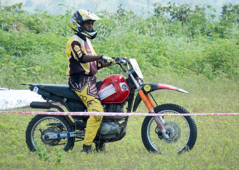 Motocrossryttaren på hans sportar cyklar, fortfarande bilden royaltyfri foto