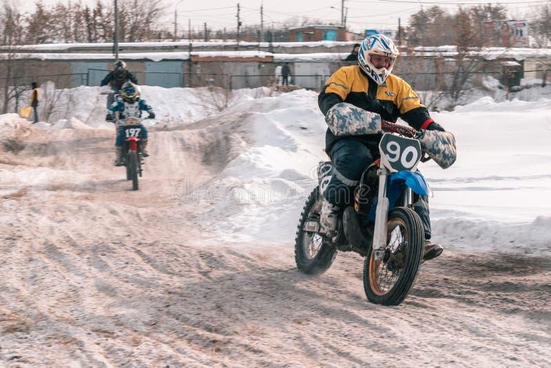 Motocrosstoernooien in de winter in Siberië Omsk royalty-vrije stock fotografie