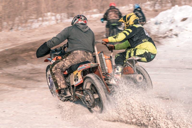 Motocrossturnering i vinter i Sibirien Omsk arkivfoto