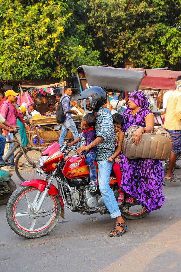 Motocycle di guida della famiglia al bazar di Kinari a Agra, Uttar Pradesh, fotografia stock libera da diritti