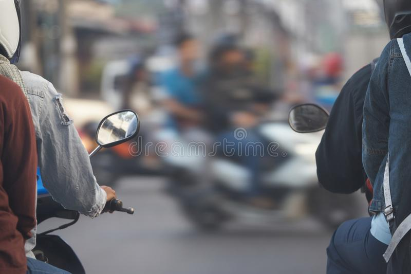 Motocycles с всадниками ждет идет светлый знак на перекрестном соединении стоковое изображение rf