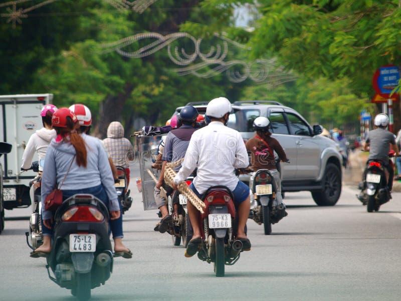 Motocycles na rua em uma cidade da MATIZ da herança cultural do mundo de VIETNAME foto de stock
