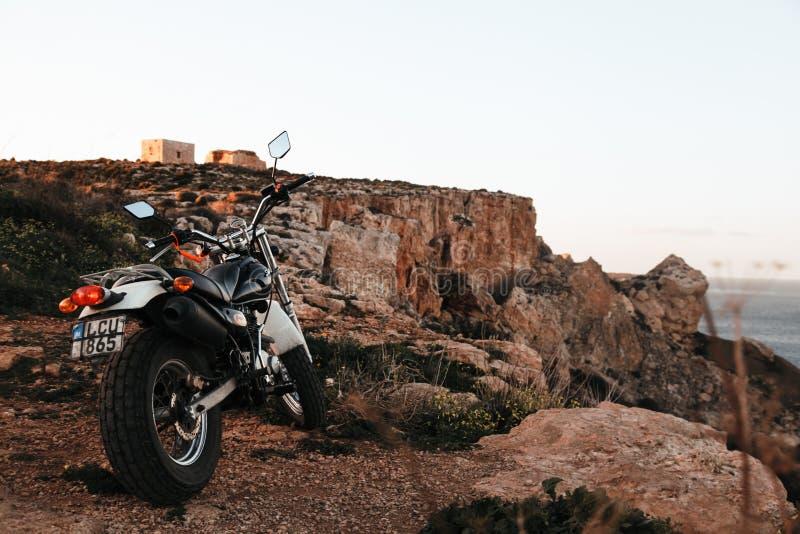 Motocyclette au bord de la falaise photographie stock