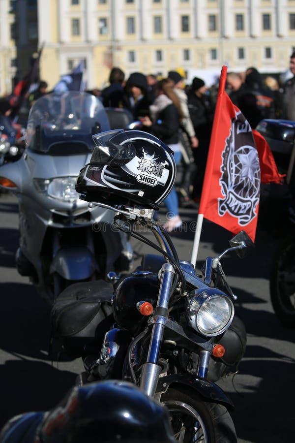 Motocyclette avec le drapeau du club SHTRAFBAT, vue de face de moteur image libre de droits