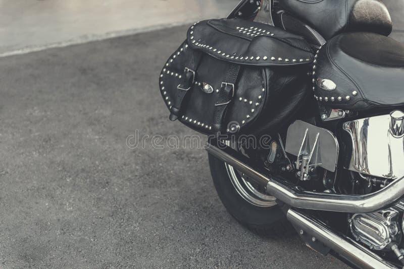 Motocyclette contemporaine plaçant dehors photographie stock libre de droits