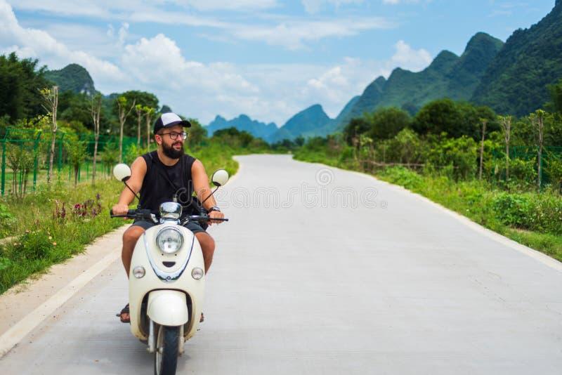 Motocyclette d'équitation de voyageur en voyage asiatique images libres de droits