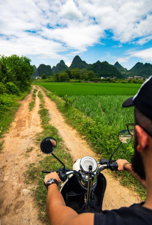 Motocyclette d'équitation de voyageur en voyage asiatique image libre de droits