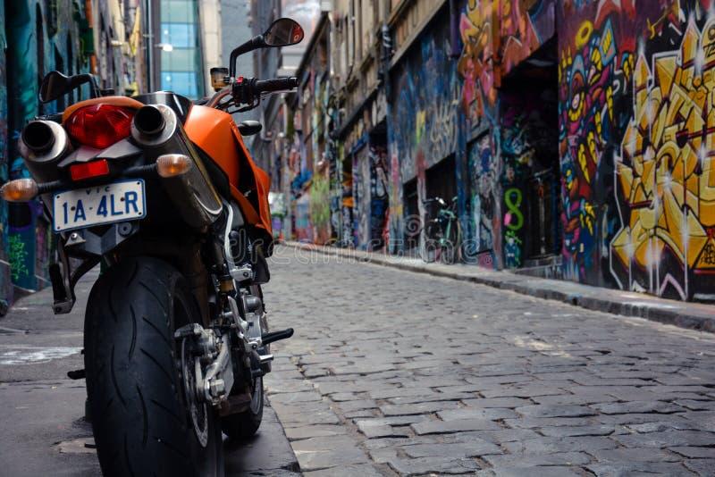 Motocyclette dans l'allée de graffiti images stock