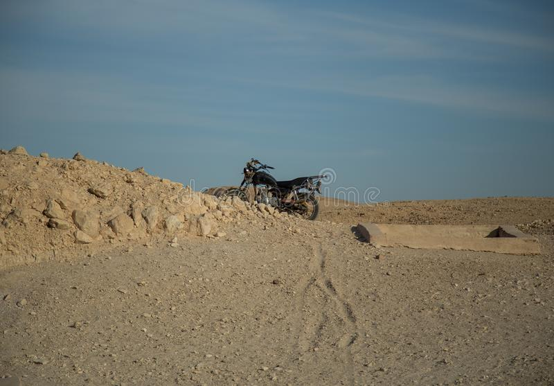 Motocyclette dans le désert de l'Egypte, Afrique photos libres de droits