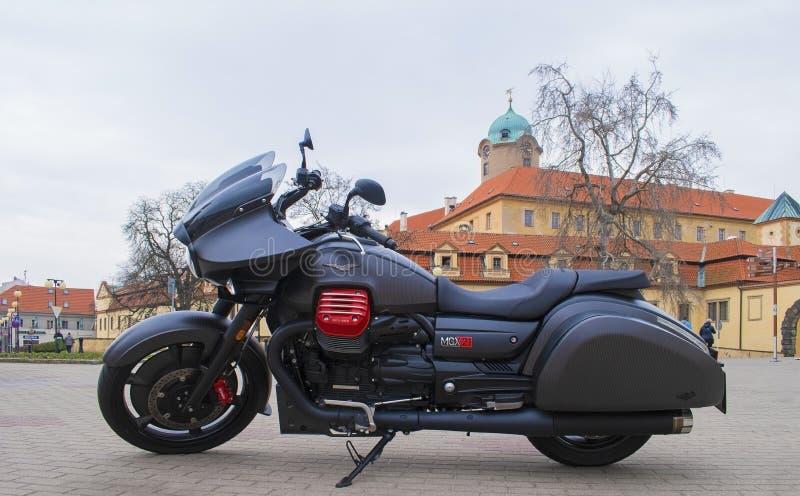 Motocyclette noire de BAGGER de Moto Guzzi MGX-21, château de Podebrady sur le dos photographie stock
