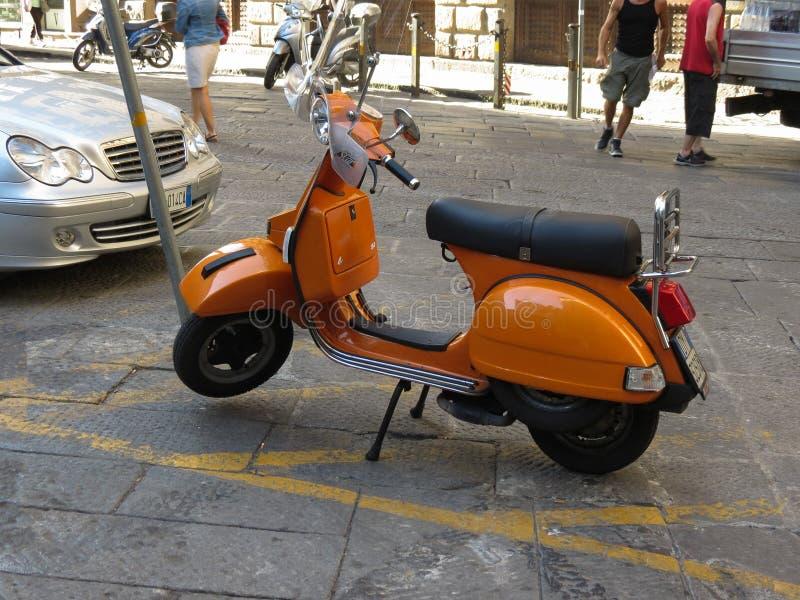 Motocyclette orange de Vespa à Florence images libres de droits