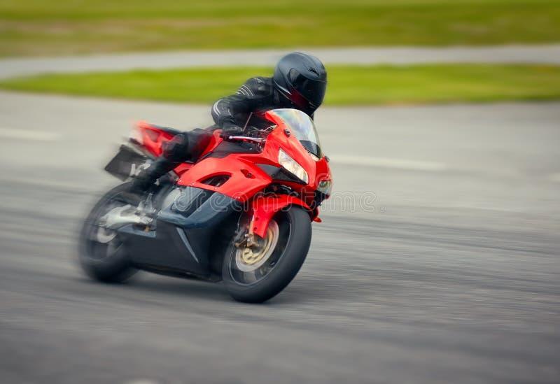 Motocyclette rapide emballant sur la voie de course à la grande vitesse photographie stock