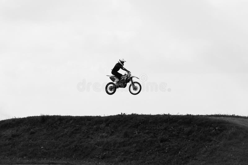 Motocyclette sautant dans le ciel sur la vitesse de peau photos stock