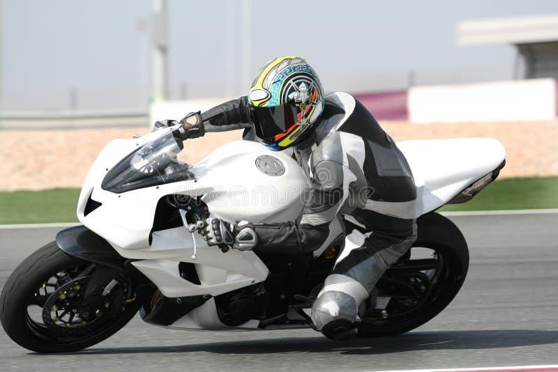 Motocyclette sur le champ de courses, se penchant dans le coude fermé images stock