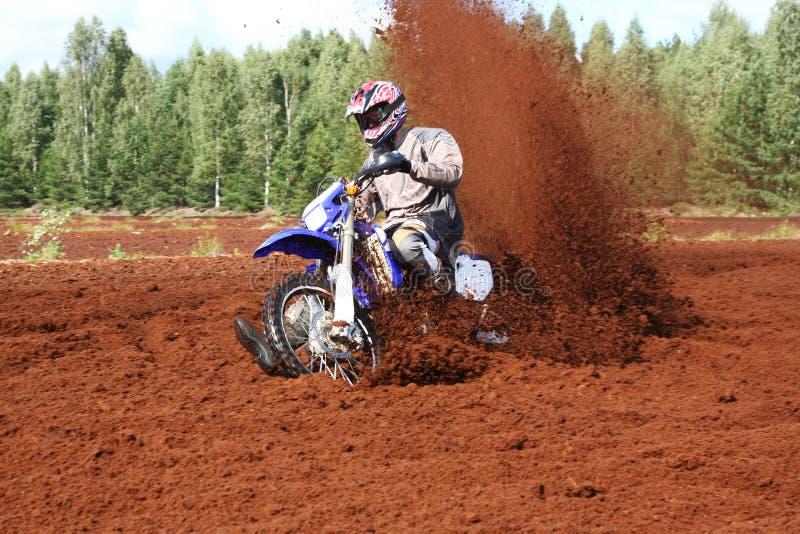 Motocyclette tous terrains en saleté extrême. photos libres de droits