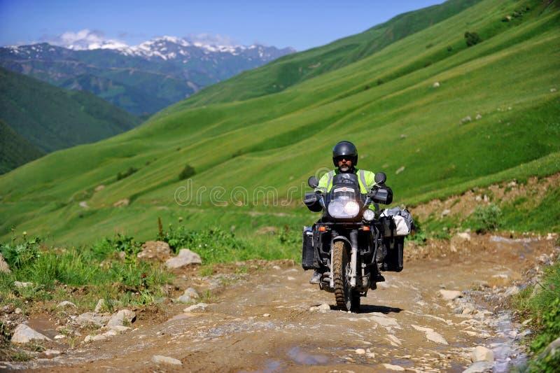 Motocyclisme d'aventure dans Caucase images libres de droits