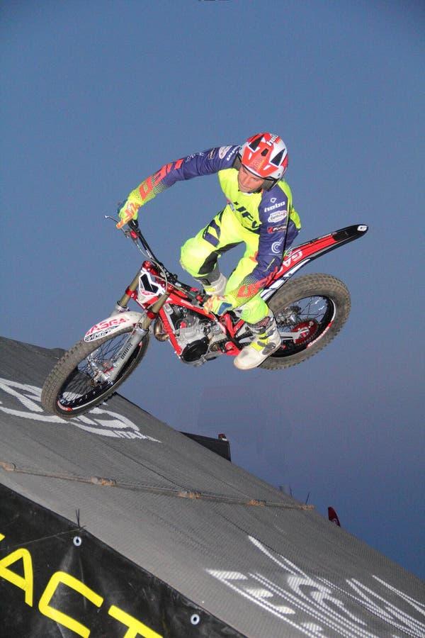 Motocyclisme d'essai urbain : un concurrent engagé pendant la course photo stock