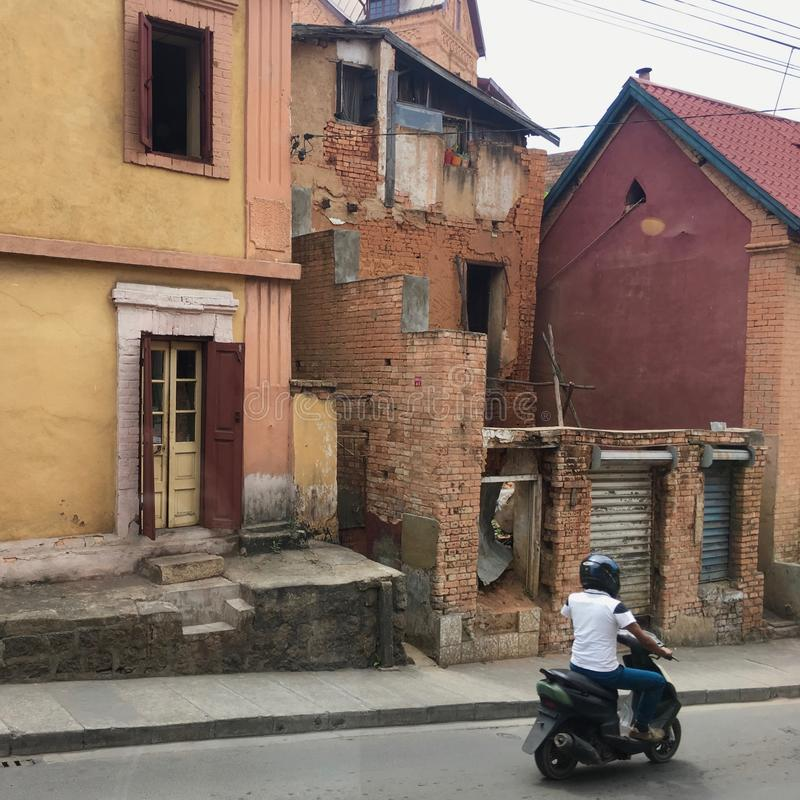 Motocyclisme dans la rue d'Antananarivo, capitale du Madagascar photos stock