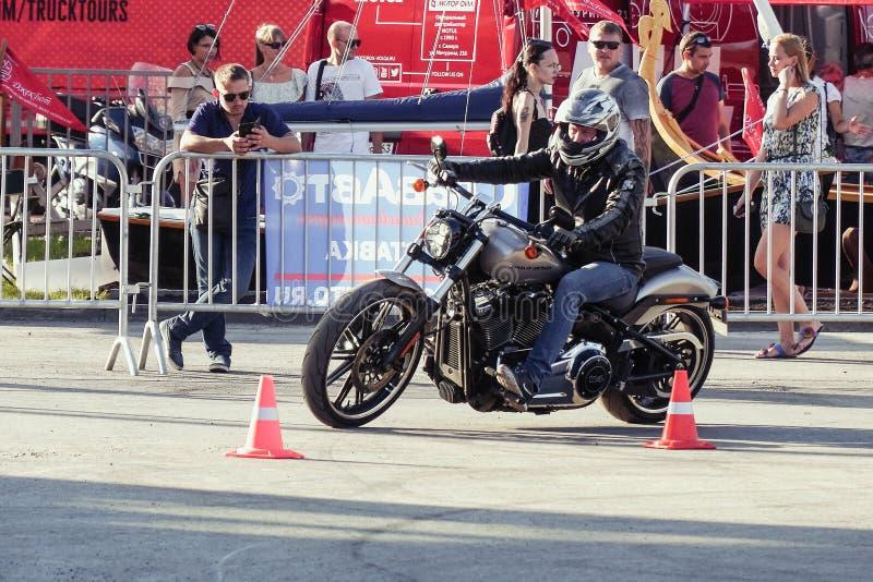 Motocycliste dans un casque montant une moto Harley Davidson photo libre de droits