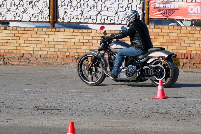 Motocycliste dans un casque montant une moto Harley Davidson image libre de droits