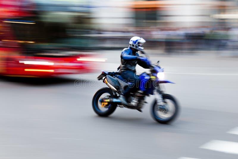 Motocycliste sur la route image stock