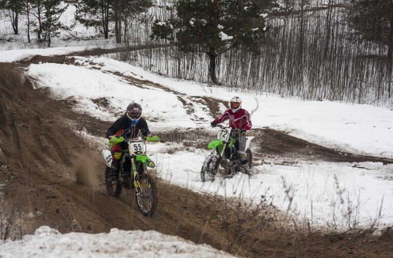 Motocyclistes s'exerçant sur une voie de course d'hiver photographie stock