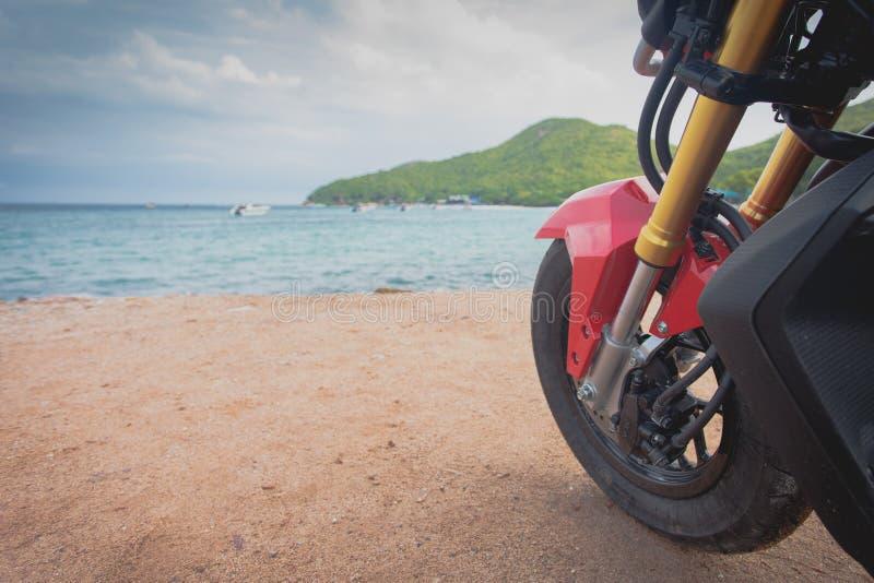 Motocykl croped blisko morza zdjęcie royalty free