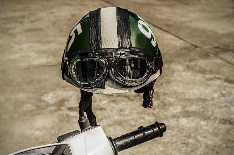 Motocykl na drodze z hełmem na handlebars obraz royalty free