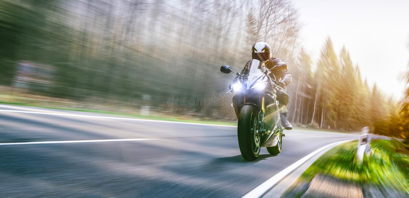 Motocykl na drogowej jazdie mieć zabawę jedzie pustą drogę o fotografia stock