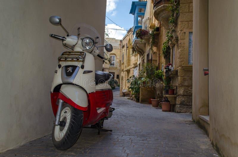 Motocykl na małej wąskiej ulicie w Rabat w Malta zdjęcie royalty free