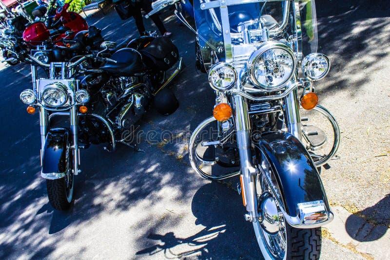Motocykl przy samochodowym przedstawieniem zdjęcie stock