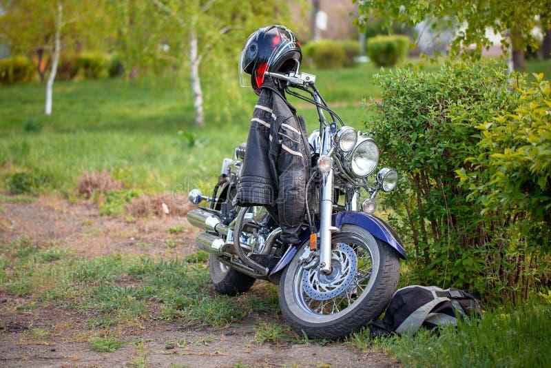Motocykl przygoda z drogi, piękny widok, motocykl pozycja w lasowej drodze podczas zmierzchu obraz royalty free